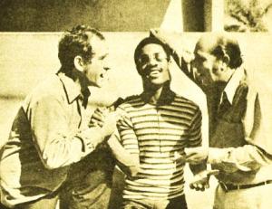 Bronco (Golias), Stevie Wonder e Peppino (Zeloni) em A Família Trapo