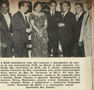 1957 -  Simonetti (o segundo da esquerda para direita) entre o maestro Erlon Chaves e a cantora Ma\ysa